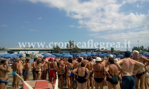 Caos sulla spiaggia di Miliscola