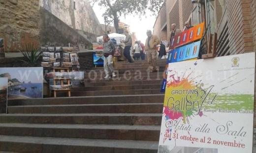 """Le scale """"colorate"""" dalle opere esposte dagli artisti"""