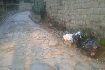 Via Consolare Campana vittima del sacchetto selvaggio