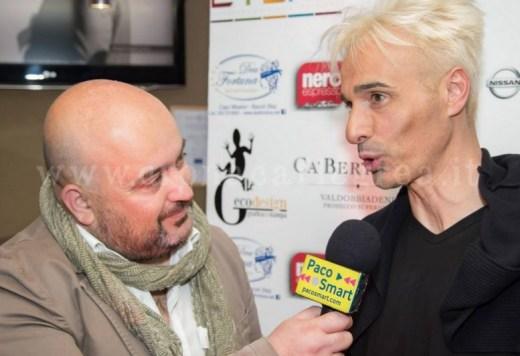 Enzo Lucci mentre intervista lo stilista Molaro