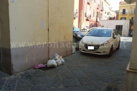 I sacchetti spesso restano per strada