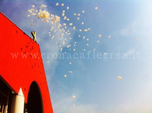 I palloncini bianchi fuori la chiesa del Divin Maestro