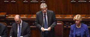 """Gentiloni alla Camera chiede fiducia, Grillo: """"Aventino!"""" e lo aiuta"""