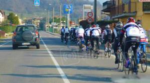 Vogliono proibire di sorpassare i ciclisti a meno di un metro e mezzo di distanza: la foto mostra come i ciclisti provocano il caos nelle strade