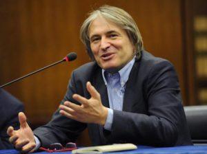 Rai, Campo Dall'Orto non lo tocca nessuno. Renzi ce lo ha messo, Grillo lo difende e lui...