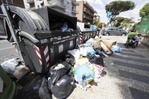 Virginia Raggi martire. Renzi oblitera le colpe fossi-nere e regala a Grillo...