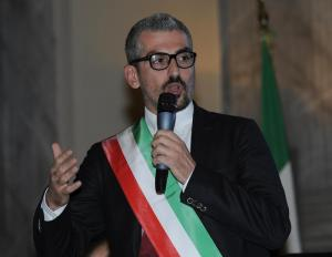"""Mattia Palazzi, sindaco di Mantova accusato di concussione: """"favori sessuali in cambio di fondi"""""""