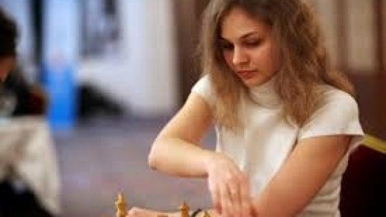 """Anna Muzychuk, la campionessa di scacchi che rinuncia ai mondiali in Arabia Saudita: """"Negate i diritti alle donne"""""""