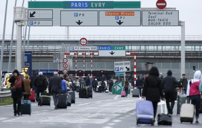 Francia, Natale felice per un clochard: trova 300mila euro e fugge via