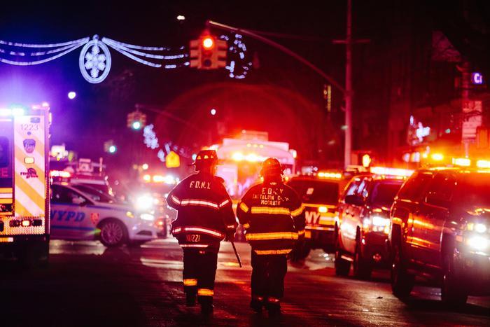 New York, palazzo in fiamme nel Bronx: almeno 12 morti. Peggior incendio della città da 25 anni