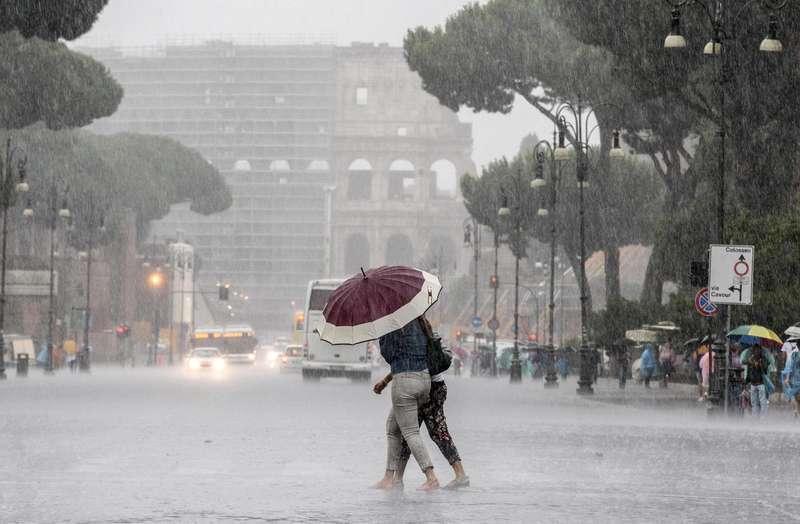 Maltempo: a Roma alberi caduti, in Trentino pericolo valanghe. Pioggia e vento su tutta la penisola