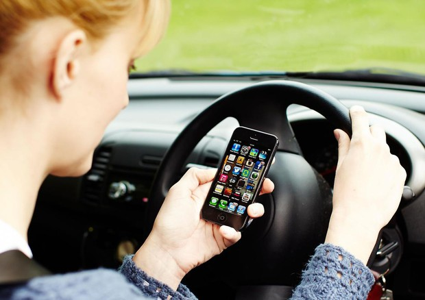 Telefonino alla guida, ora le multe sono aumentate