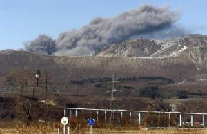 Giappone, erutta vulcano: valanga e pioggia di sassi su piste da scii, un morto e diversi feriti