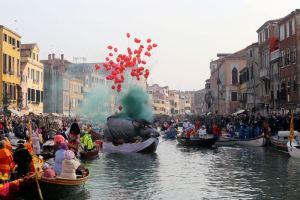 """Venezia, troppi turisti per il carnevale: si pensa al """"numero chiuso"""""""