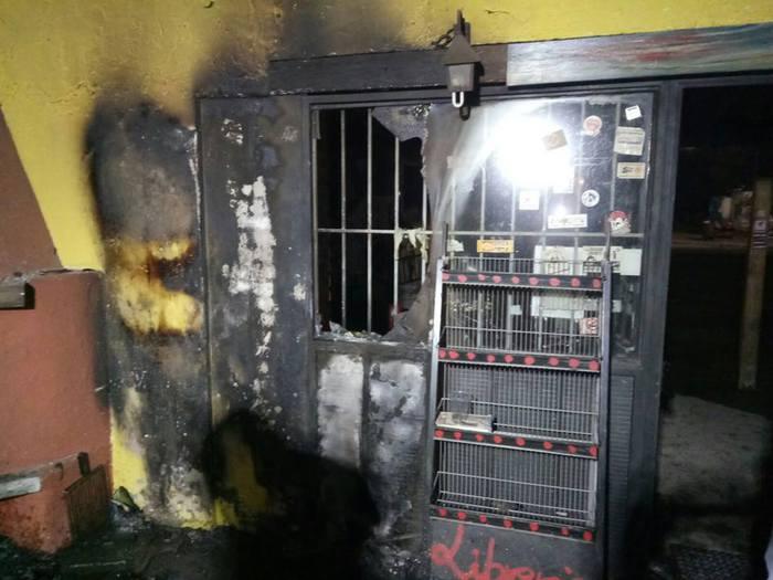 Brescia, incendio doloso nel centro sociale Magazzino 47: libri alle fiamme, indagano carabinieri