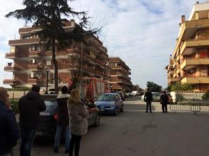 Cisterna di Latina, carabiniere spara alla moglie e si barrica in casa con le figlie: donna in gravi condizioni