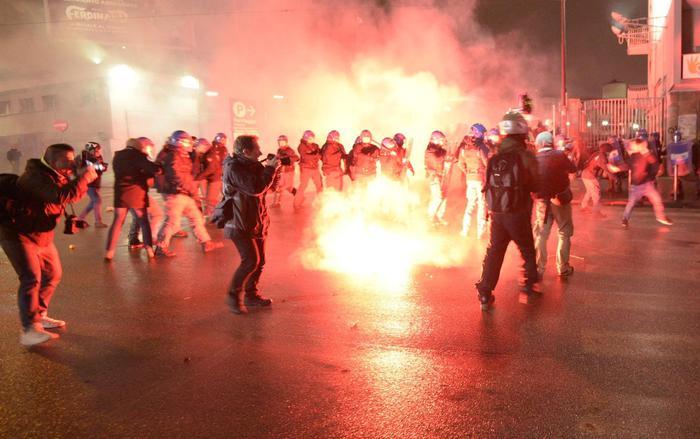 Napoli, corteo anti-Casapound: scontri, fumogeni e bombe carta. Fermate 20 persone
