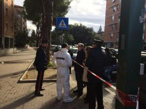 Pisa, arriva in moto, spara sui passanti e scappa: ferite 4 persone