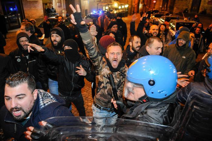 Macerata, violato il divieto del Questore: scontri e cariche della polizia al corteo di Forza Nuova