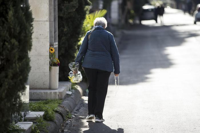 """Torino, arrestati gli """"sciacalli"""" dei cimiteri: rubavano denti d'oro dalle tombe"""