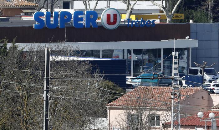 """Francia, entra in un supermercato e uccide tre ostaggi: """"Sono dell'Isis"""". Ucciso l'assalitore"""