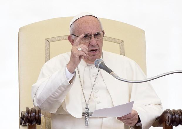 Papa Francesco ai preti: sì alle offerte ma non fate pagare la messa