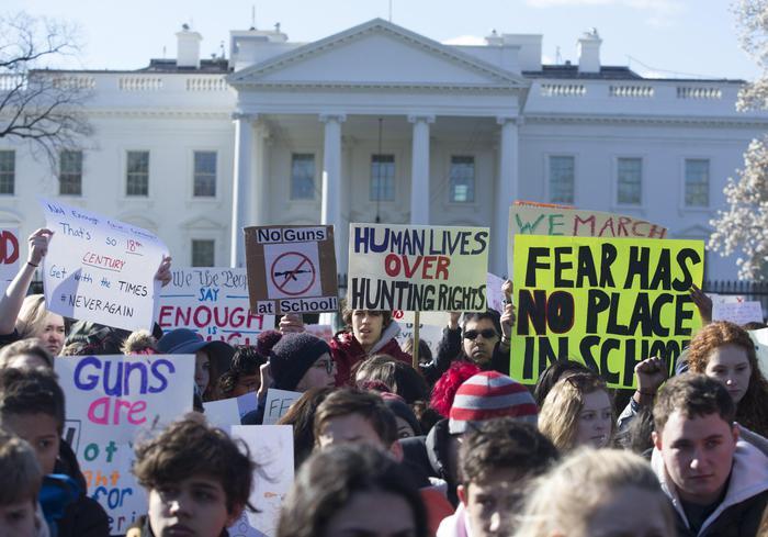 """Usa, proteste studenti contro le armi davanti alla Casa Bianca: """"Basta stragi"""""""