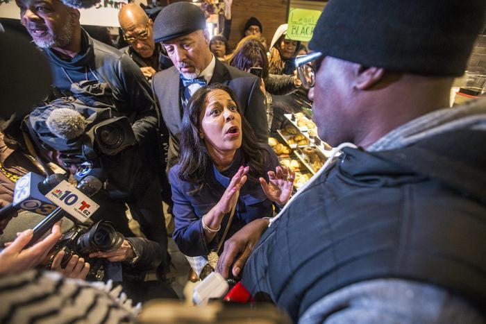 Usa, due afroamericani arrestati da Starbucks per non aver ordinato nulla: il colosso del caffè nella bufera