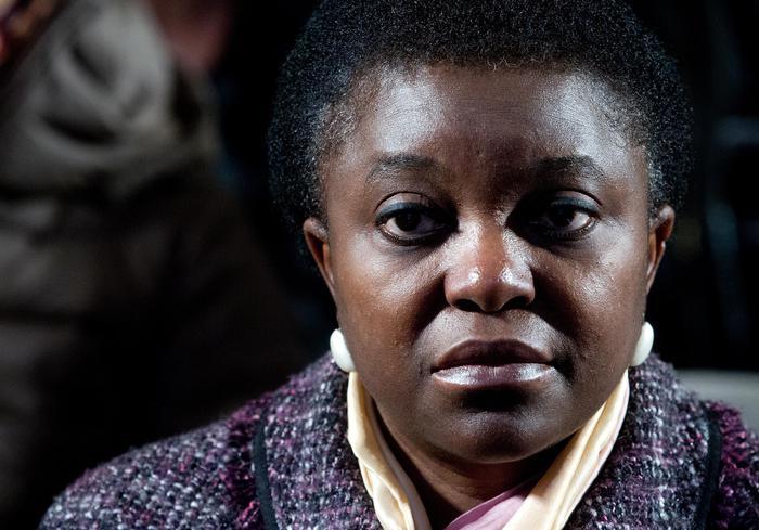 """Cecile Kyenge, escrementi sul muro di casa: niente razzismo. Il vicino: """"Non raccoglie quelle del cane"""""""