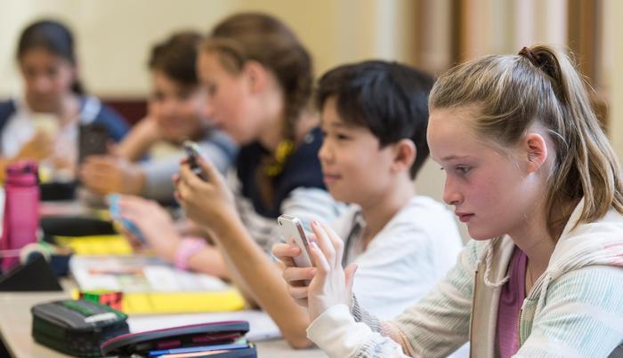 """Scuola, all'Iti di Torino se usi lo smartphone in classe scattano i """"lavori forzati"""""""