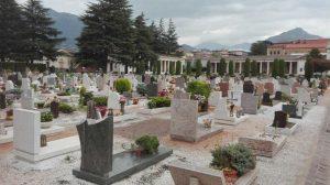 Ancona, orari del cimitero non aggiornati: visitatori restano chiusi dentro