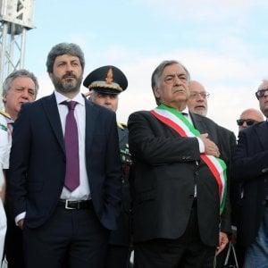 Palermo, Fico con le mani in tasca all'inno di Mameli durante la giornata che ricorda Falcone: scoppia la polemica