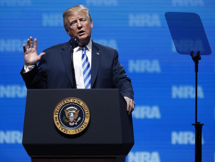 """Trump e lo show pro-armi: """"Servivano al Bataclan, fossero stati armati: bum, bum..."""". Bufera sul presidente"""