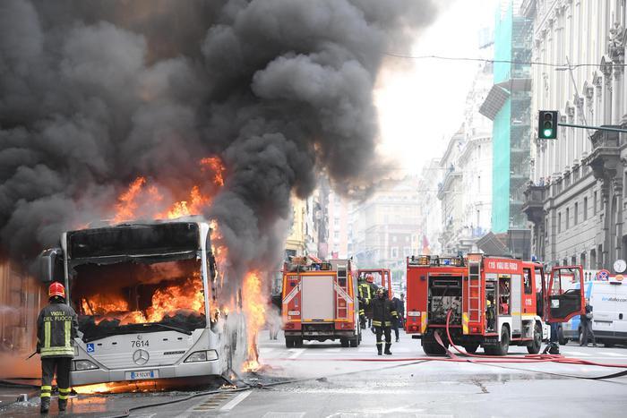 Roma, esplode autobus dell'Atac in via del Tritone: sul posto sono subito arrivati i soccorritori