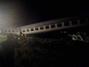 Torino, scontro tra Tir e un treno: il convoglio deraglia al passaggio a livello. Due morti e 18 feriti