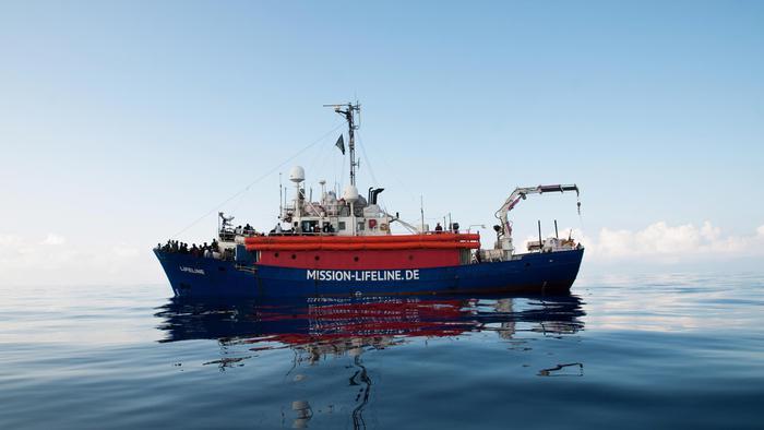 """Lifeline, c'è l'accordo: """"Permesso per attraccare a Malta"""". Ma il premier maltese Muscat frena: """"Lifeline caso unico, sarà sequestrata"""""""