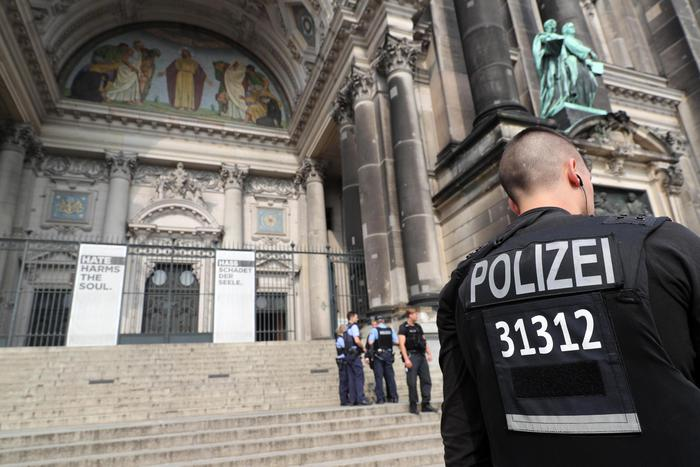 Berlino, sparatoria nella Cattedrale: uomo armato di coltello semina il panico, poi la polizia apre il fuoco. No terrorismo