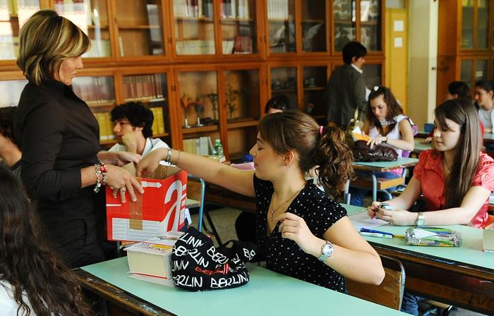"""Francia, cellulari vietati a scuola: ora è legge. Governo: """"Un segnale alla società"""""""