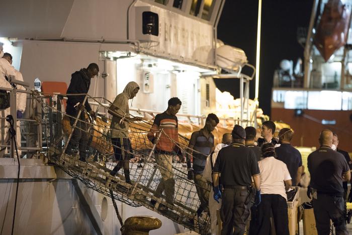 """Migranti, 450 tutti sbarcati a Pozzallo. Salvini: """"È una vittoria politica"""". L'Ue apre a Conte, ma Visegrad attacca"""