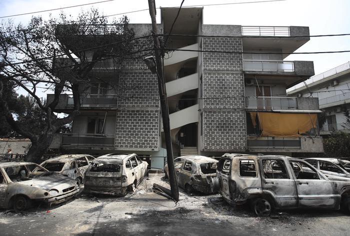 """Incendi ad Atene, si temono più di 100 morti. """"Il fuoco ci ha seguiti fino al mare"""". Il governo pensa all'origine dolosa"""