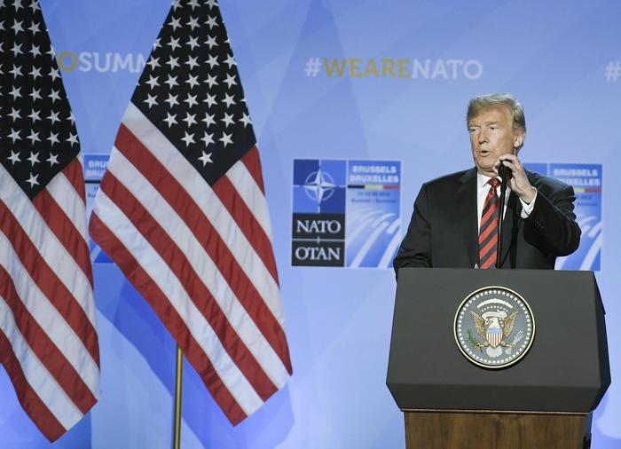"""Trump: """"Alleati Nato impegnati a spendere di più per le armi"""". Conte e Macron lo smentiscono"""
