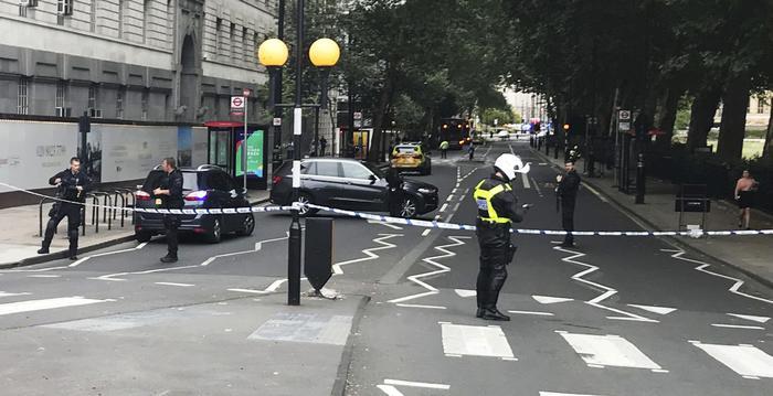 Londra, auto contro le barriere del Parlamento: pedoni feriti e conducente arrestato. Si indaga per terrorismo