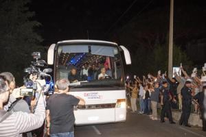 """Migranti: arrivato a Rocca di Papa il secondo bus della Diciotti: tensione tra gli abitanti. Il residente: """"A sti poracci tocca pure la rottura dei fascisti"""""""