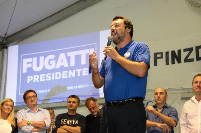 """Diciotti, Salvini: """"Non voglio l'immunità, inchiesta boomerang per pm"""". Di Maio lo difende"""