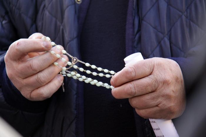 Roma, Don Ernesto: il parroco che aiuta i rom chiede aiuto perchè minacciato proprio dai rom