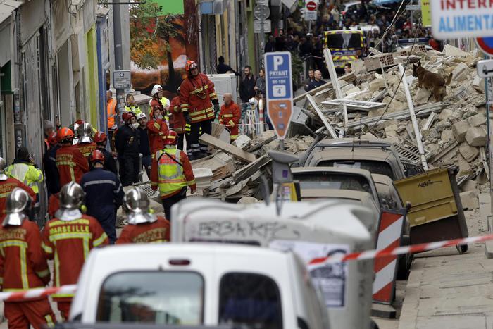 """Crollo palazzi a Marsiglia: """"Anche una ragazza italiana tra i dispersi"""". Altre 5-8 persone potrebbero trovarsi sepolte"""