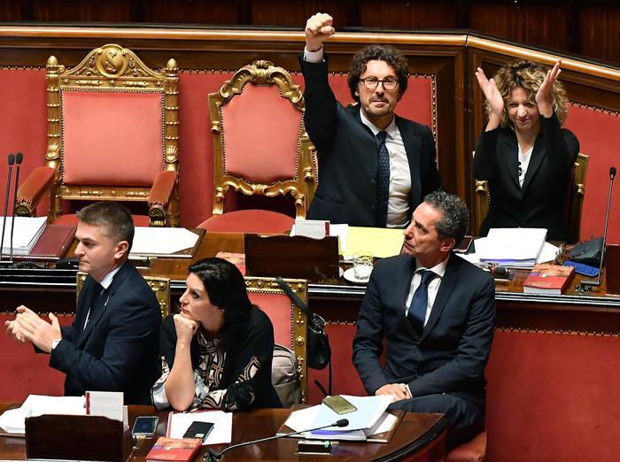 Decreto Genova, ora è legge: Senato approva con 167 sì, 49 no. Toninelli alza il pugno, bagarre in Aula