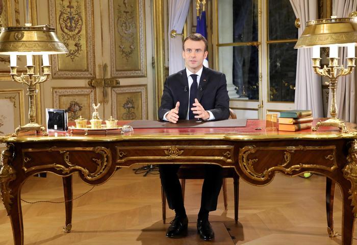 """Gilet gialli, il mea culpa di Macron: """"Collera è giusta, ma intransigenti coi violenti. Aumento salario minimo"""""""