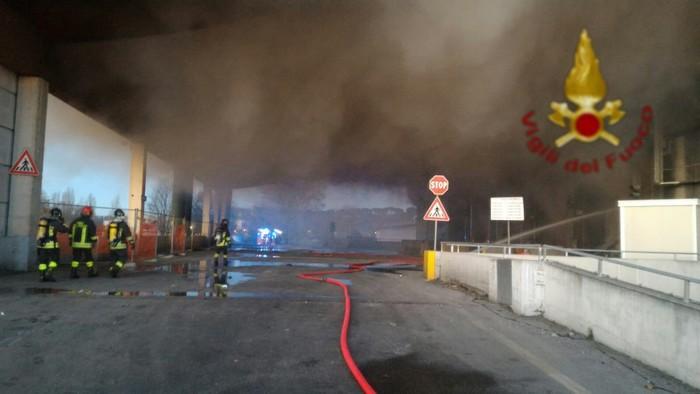 Roma, incendio al Tmb Salario: brucia impianto di rifiuti. Rischio emergenza raccolta