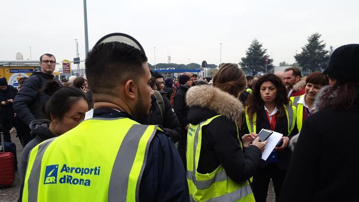 Roma, incendio nell'aeroporto di Ciampino: evacuato lo scalo